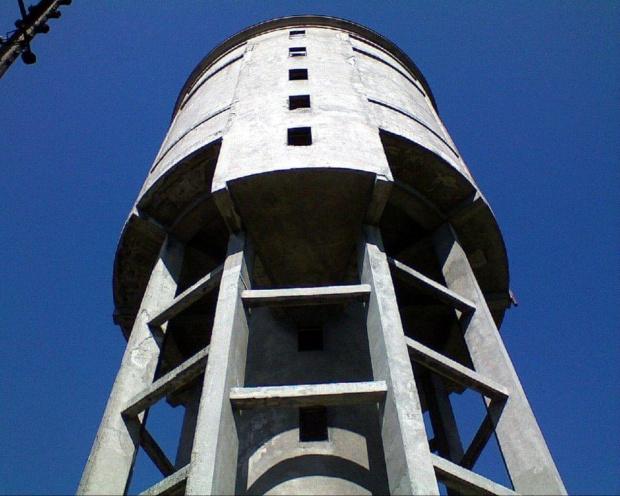 Wieża ciśnień przy ulicy Cegielnianej... tuż przed wejściem spojrzałem w górę.... #WieżaCiśnień #wieża #hydro #woda #ciśnienie #wodociągi #rury #wiosna #tomaszów