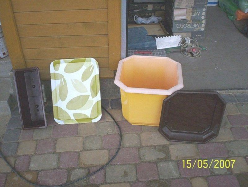 Materiały na górny zbiornik kaskady. Plastikowa skrzyneczka balkonowa, taca z grubego plastiku (coś jak tekstolit), plastikowa donoica i podstawka pod donicę, jako pkrywa w której można posadzić małe rośliny skalne.